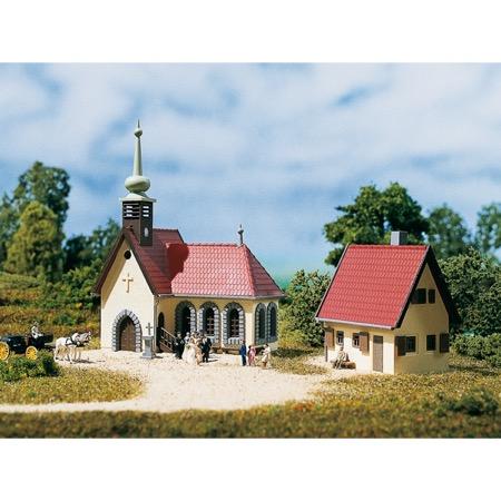 Landsbykirke med præstebolig