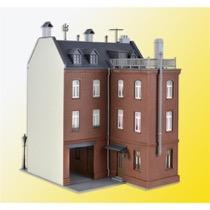 Byhus med fabrikstilbygning