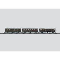 Dreiachsige Personenwagen der ehemaligen Deutschen Reichsbahn (DRG), frühere bayerische Schnellzugwagen.