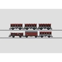 6 Güterwagen unterschiedlicher Bauarten der Deutschen Bundesbahn (DB). 2 Muldenkippwagen F-v-51 (später Ommi 51) mit Handbremse und Bremserstand. 2 Muldenkippwagen F-z-51 (später Ommi 51) ohne Handbremse und ohne Bremserstand. 1 gedeckter Güterwagen Gms 3