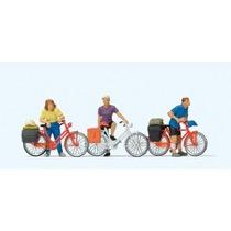 Stehende Radfahrer an der Bah