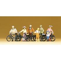 Stående cyklister ca år 1900